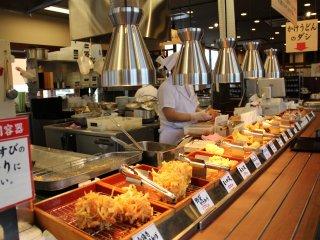 เลือกเทมปุระมาทานกับอุด้งของคุณ  เพื่อความสดใหม่ร้าน Marugame Seimen จะทำเพียงครั้งละ 2-3 จานเท่านั้น