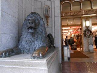正面玄関の左側のライオン