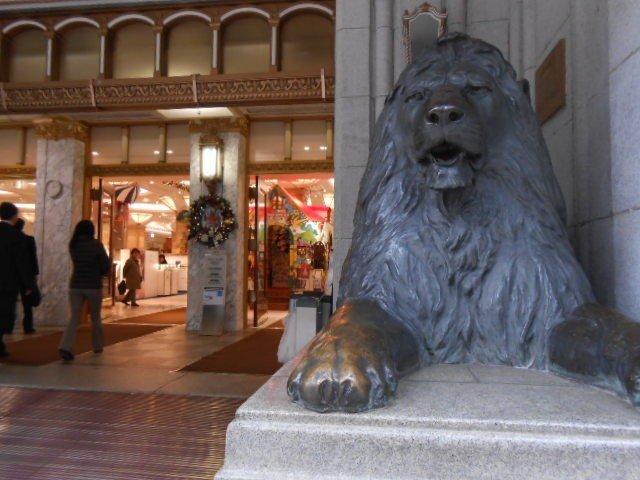 正面玄関の右側のライオン