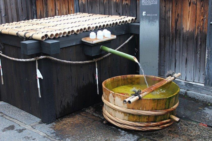 この井戸は昭和36年に新しく掘りなおしたもので、地下50メートルからの水は現在でも隣接する酒蔵で使われている