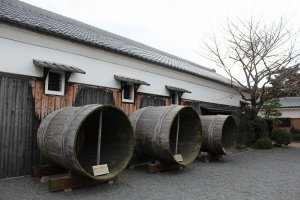 江戸の昔に使われた大酒桶。老舗だけにこうした古い道具がたくさん残っています