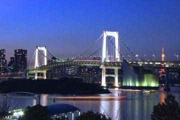 <p>This time &#39;just&#39; as&nbsp;backdrop behind&nbsp;the Rainbow Bridge in&nbsp;Odaiba</p>