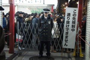 가게 옆쪽의 작은 거리들은 보안요원의 보호를 잘 받고 있으며, 아무도 그 줄을 뛰어 넘어 사이에 끼어드는 것이 허용되지 않는다. 그건 일본의 질서고 규율이야...