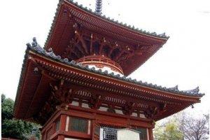 大红圆形塔身在日本文化中极其少见