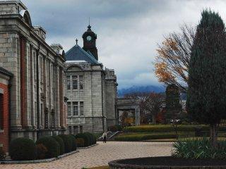 Sebuah bangunan bergaya Renaisans Inggris yang indah dengan taman yang cantik