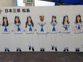 Alguns membros da AKB48 (um popular grupo de cantoras) podem ser encontrados por Matsushima em panfletos e posters para impulsionar o turismo. Mas espere! Uma destas raparigas é diferente das outras!
