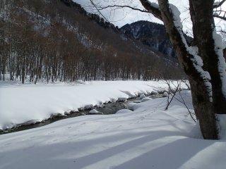 แม่น้ำยุบิโสะไหลคดเคี้ยวผ่านหุบเขา