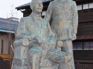 기념관 밖 정원은 겐쿠로와 루쉰의 초상이다