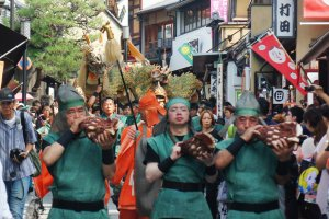 The dragon warriors march along Nanenzaka, playing traditional music. You can see Seiryu-e in the background.