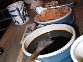 Tô nước tương và thật nhiều gừng để làm sạch khẩu vị của bạn sau mỗi m,iếng