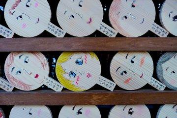 <p>Mirror-shape tablets called&nbsp;kagami ema</p>