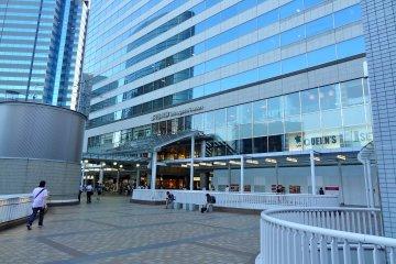 <p>Entrance to JR Shinagawa Station</p>
