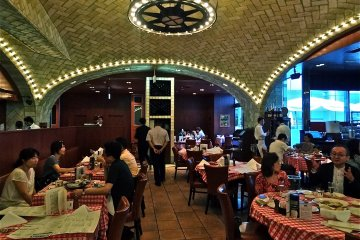 <p>The interior of&nbsp;the Grand Central Oyster Bar offers a New York City feel with its brick vaulted ceilings</p>