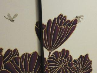 蓮ととんぼ、部屋を仕切る襖に直接描かれている