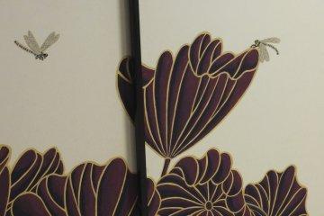 연꽃 잎과 잠자리는 방 사이의 슬라이딩 도어에 직접 도장됨