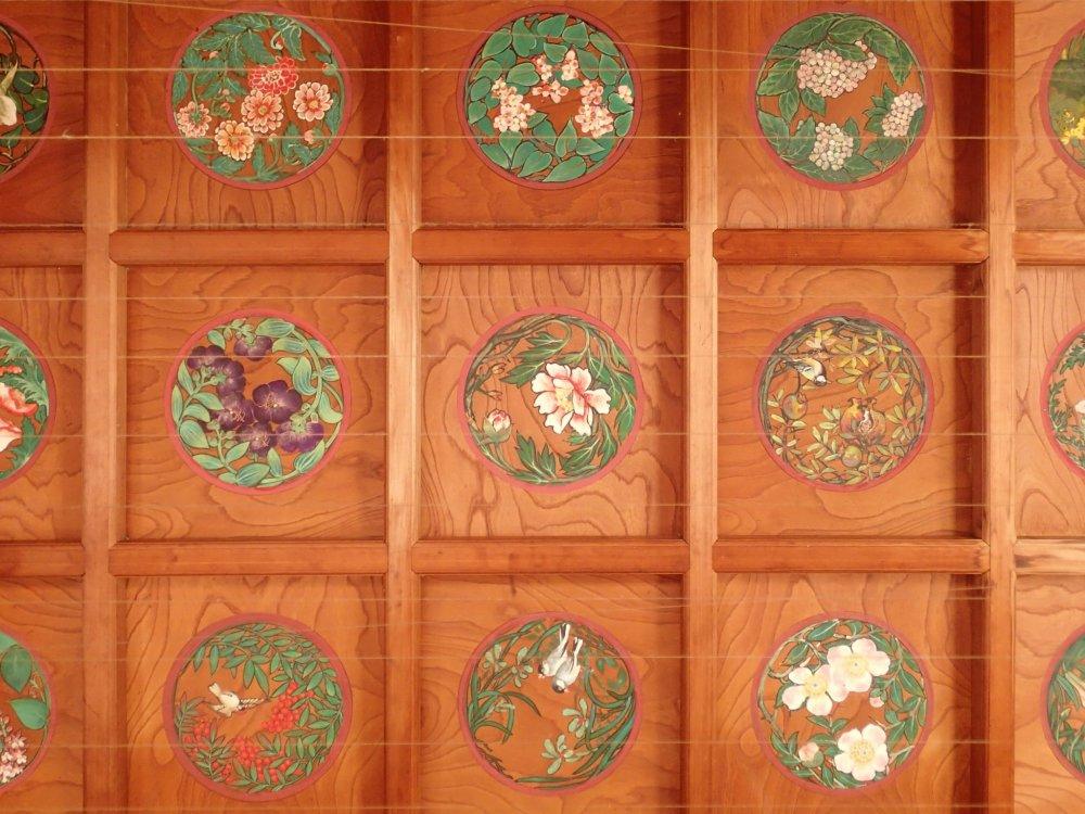 Рисунки на потолке главного зала были сделаны студентами Токийского университета искусств.