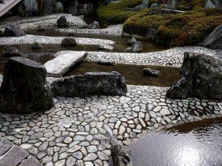 Камни, мощенные галькой дорожки и вода - дизайн эпохи Сёва