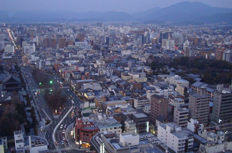 관측소의 높이는 약 100m에 불과하지만, 교토에는 역 외에 고층 건물이 거의 없어 최소의 장애물로 문화 수도의 아름다운 경치를 감상할 수 있다. 맑은 날에는 히가시야마와 아라시야마 산이 동쪽과 서쪽에 보이고 오사카에 있는 몇몇 건물들도 볼 수 있을 것이다