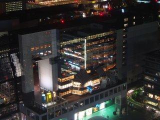 Phía ga JR Kyoto nhìn từ tháp quan sát; bạn có thể thấy các chuyến tàu cao tốc đi vào ga và khởi hành.