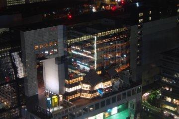 관측탑에서 보듯이 JR 교토역 옆에는 고속열차가 역에 들어오고 나가는 것도 볼 수 있다