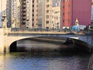 The tunnel-like structure has several doors on the riverside, so you can step outside and take in the various views. Watching towards the Akihabara side you get this view with Manseibashi Bridge and the river flowing below.