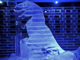 Bức điêu khắc bằng băng. Con khủng long này còn cao hơn cả tôi nữa.