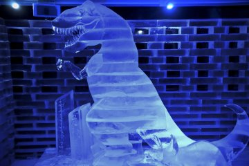 얼음 조각. 이 얼음공룡은 나보다 키가 컸다