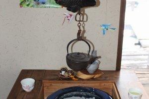 囲炉裏テーブルには炭が起こっていた