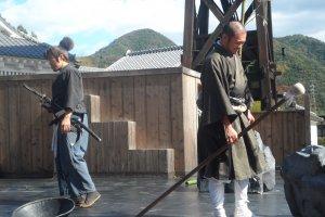 เหล่านักแสดงบนเวทีกลางแจ้ง โชว์ฝีมือด้านการต่อสู้ของซามูไรมือเก๋า