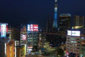 Tháp Tokyo Skytree nhìn từ đài quan sát.