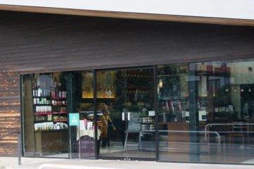 这间星巴克可能是你所见过最美的一家,也一定是日本数一数二美丽的一间咖啡馆。
