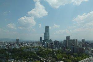 มองเห็นตึก Abeno Harukas อาคารทึ่สูงที่สุดในญี่ปุ่นได้อย่างชัดเจน