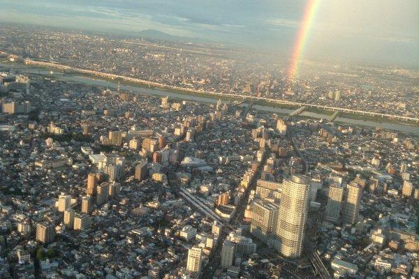 จุดชมวิวของ Tokyo Skytree จะมีสองระดับ คือ ระดับความสูงที่ 350 เมตร และระดับความสูงที่ 450 เมตร โดยจะมีลิฟท์รับส่งที่เรียกว่า Tembo Shuttle ขึ้นลงที่ความเร็ว 600 เมตร ต่อนาที นับว่าเป็นลิฟท์ที่วิ่งเร็วที่สุดในญี่ปุ่น และสามารถบรรทุกผู้โดยสารได้มากถึง 40 คนต่อเที่ยว