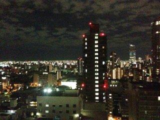ホテルから眺める夜景。手前が通天閣だ