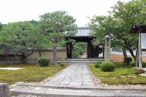 圓光寺の外門。元は江戸の教練所で多くの人材を育てた