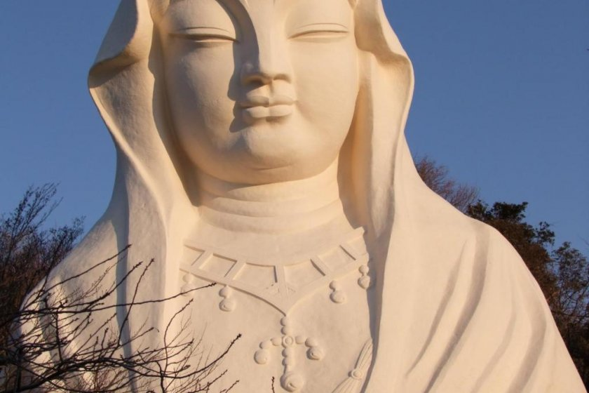 Whereas the Great Buddha of Kamakura is made of bronze, The Goddess of Mercy of the White Robe is made of concrete and stands 25 meters tall.