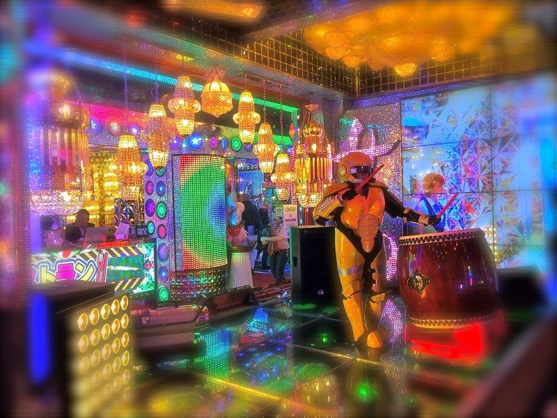 Пока вы стоите в очереди на входе в ресторан роботов, вас будет развлекать барабанщик тайко