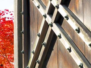 扉の茶色とチラリと見える紅葉の赤の組み合わせが素晴らしい