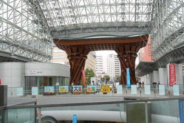 ซุ้มไม้ขนาดใหญ่หน้าสถานี JR คานาซาวา ซึ่งเป็นสัญลักษณ์ของเมืองคานาซาวา