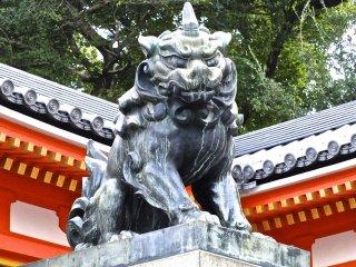 В углу главных ворот храма