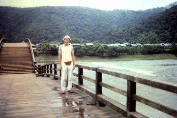 Мост Кинтай - пешеходный мост, поэтому по нему можно прогуляться, походить туда-сюда, или просто понаблюдать за рекой и лодками.