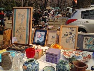 どんな「蚤の市」にも得意分野があるが、靖国神社の骨董市では陶器や絵画が多く出品されている。店主はとてもフレンドリーで常連店主の中には英語を喋る者もいる