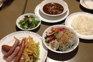 อาหารพร้อมวิวสวยงามระดับโลกที่ร้าน Genova Restaurantแกงกะหรี่ สลัด และไส้กรอกรวม