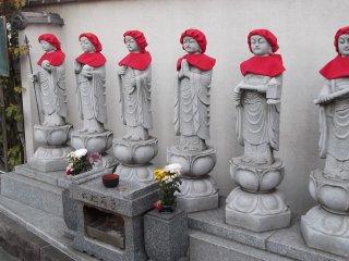 Tôi nghĩ đây là những bức tượng Jizo, vệ thần của trẻ em