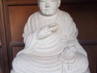 Bức tượng này ngồi than thản gần lối vào một trong những ngôi đền
