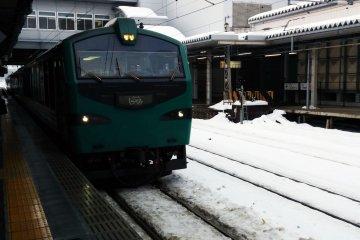 <p>The Resort Shirakami&nbsp;Buna train pulls into Akita&nbsp;Station.&nbsp;</p>