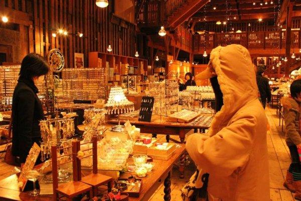 บริเวณชั้น1 เป็นพื้นที่กว้างที่มีกล่องดนตรีและของที่ระลึกให้เลือกซื้อจำนวนมาก