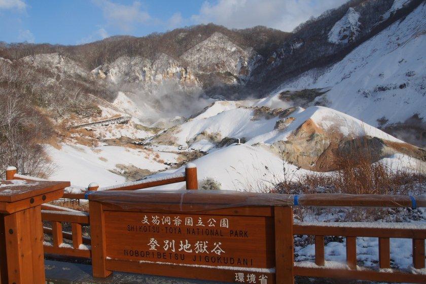 ป้ายชื่อสถานที่ ตรงจุดชมวิวใน Noboribetsu Jigokudani หรือ Hell Valley