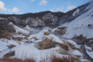 ภูมิทัศน์ที่สวยงามภายใน Noboribetsu Jigokudani หรือ Hell Valley