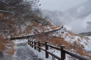 ทางเดินไปยังตาน้ำของธารน้ำร้อน